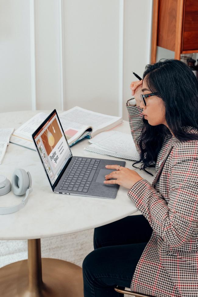 用电脑学习的美女图片