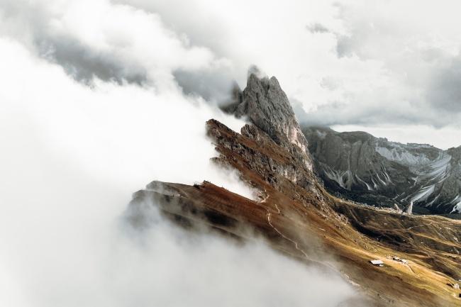 云雾缭绕的山脉精美图片