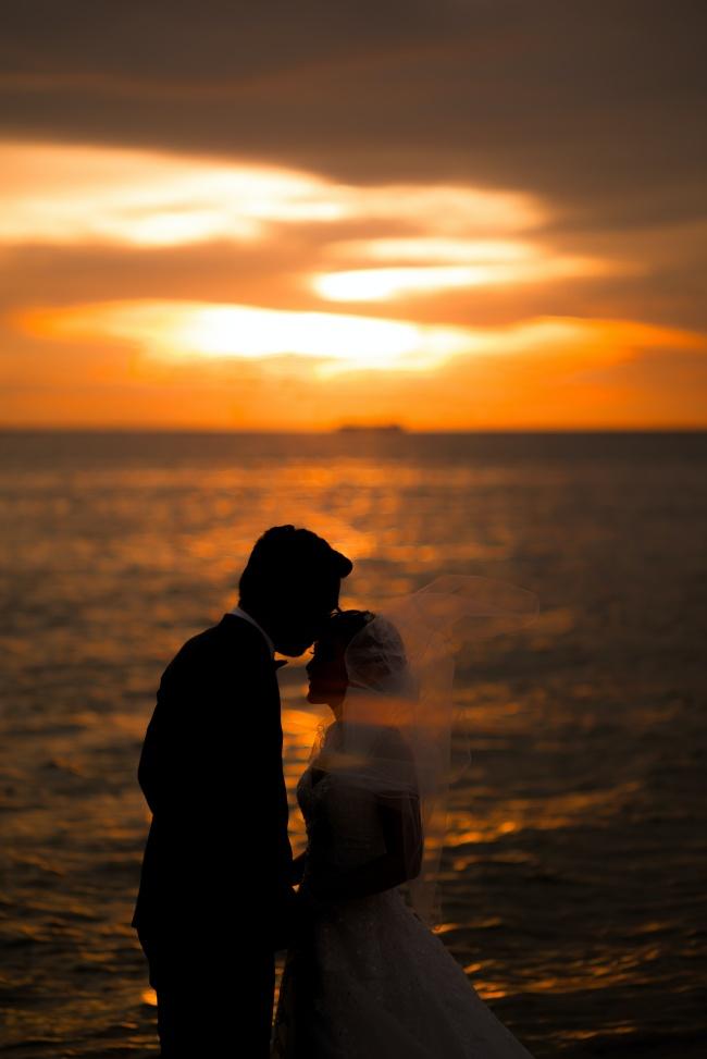 黄昏大海情侣婚纱照精美图片