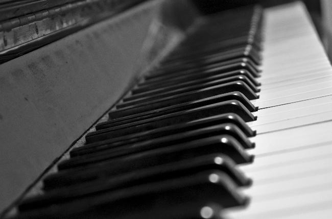 白色钢琴键盘图片素材