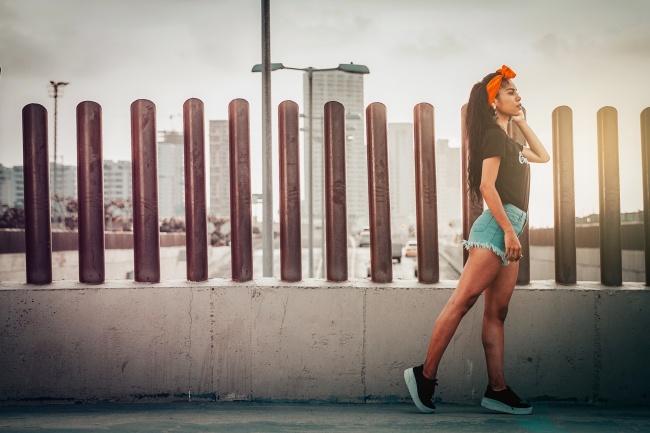 欧美牛仔短裤美女街拍艺术图片