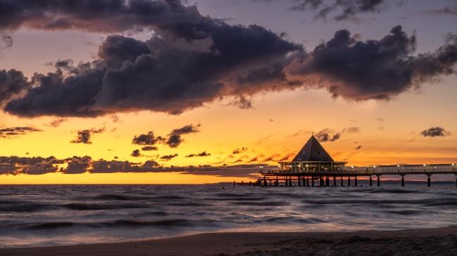 黄昏海边度假屋精美图片