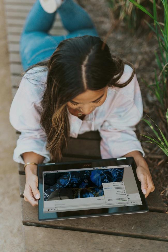 看平板电脑的美女高清图