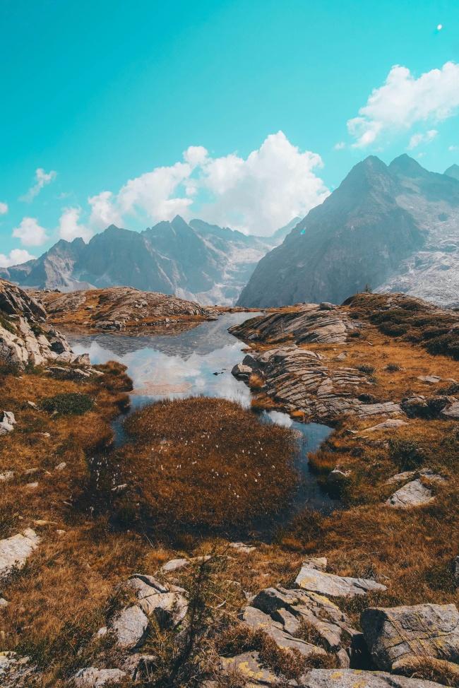 蓝天白云山脉图片