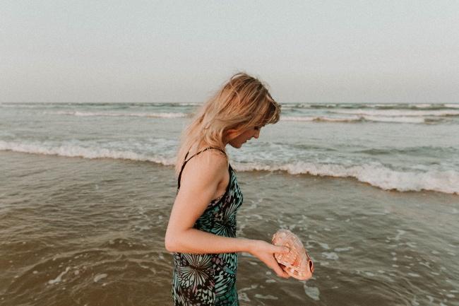 捡海螺的美女高清图片