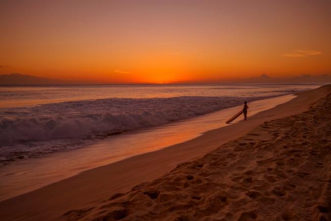 黄昏海边冲浪者图片