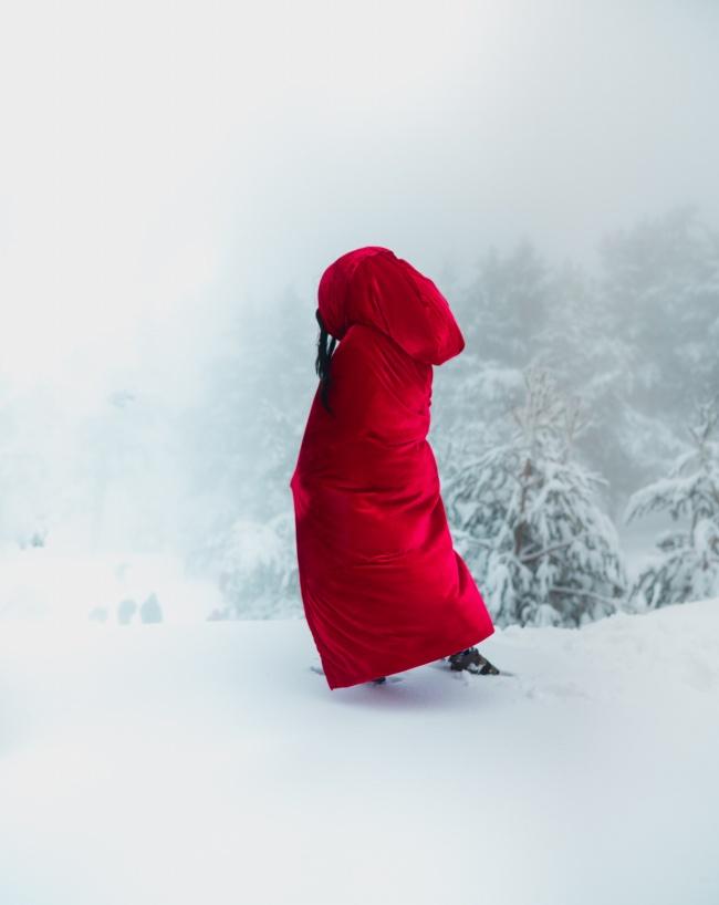 雪地红色披风背影精美图片