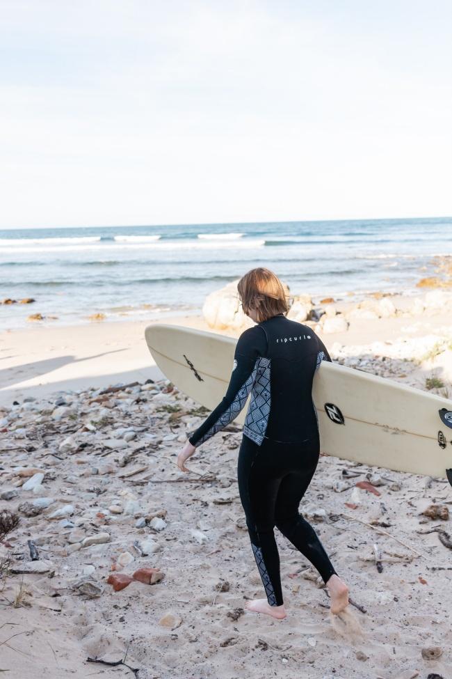 海边冲浪运动员高清图片