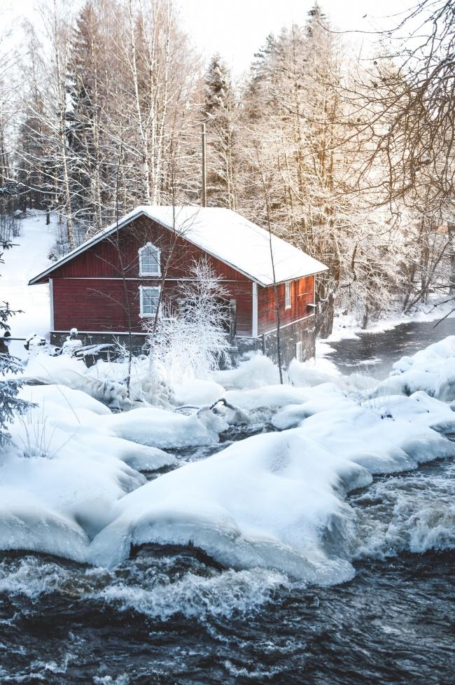 雪中木屋树林图片