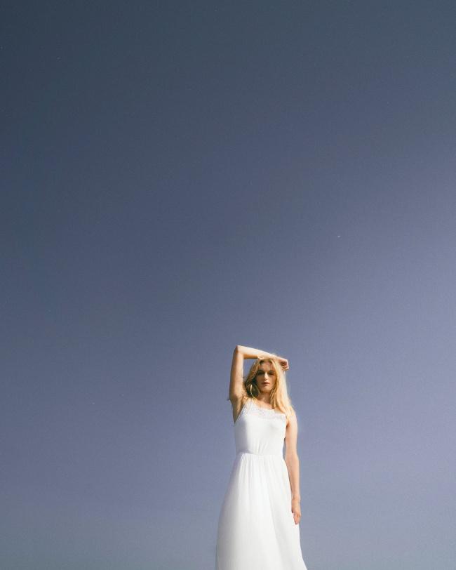 白色连衣裙美女写真高清图