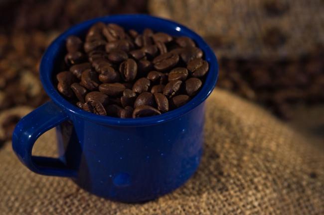 一杯棕色咖啡豆图片下载