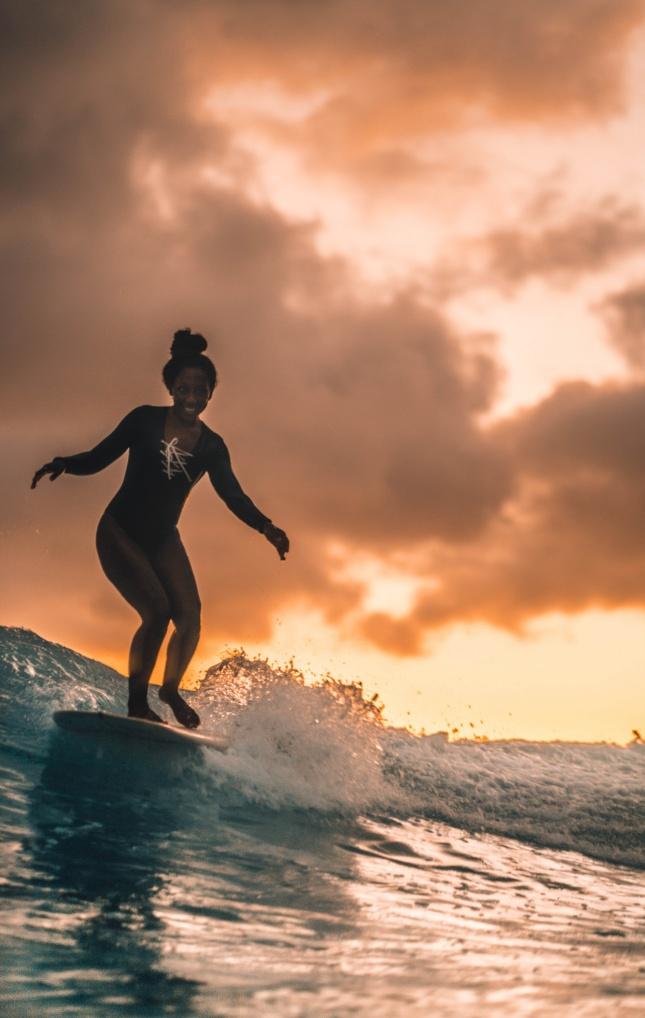 黑人美女海浪冲浪高清图