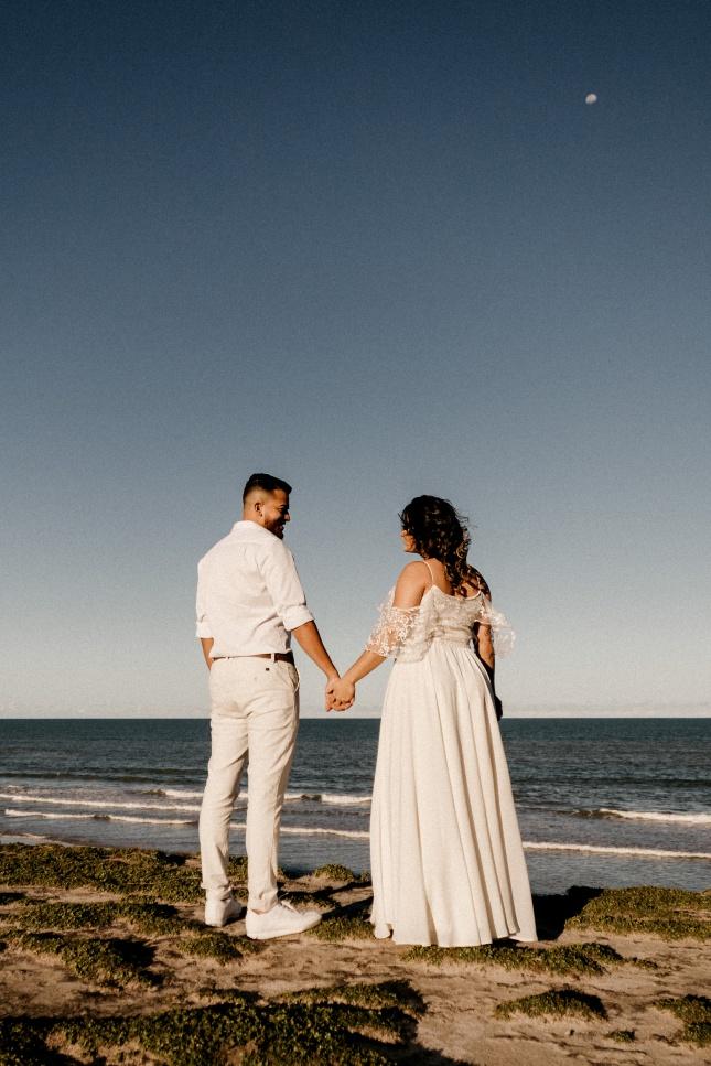 海边拍婚纱照的情侣背影精美图片