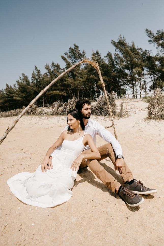 沙滩上拍写真的情侣高清图