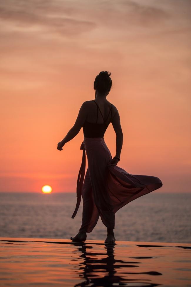 黄昏海边性感美女人体剪影高清图片
