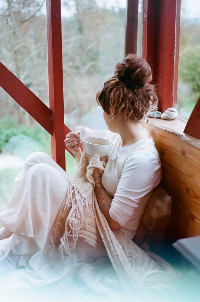 手捧白色碗具的美女精美图片