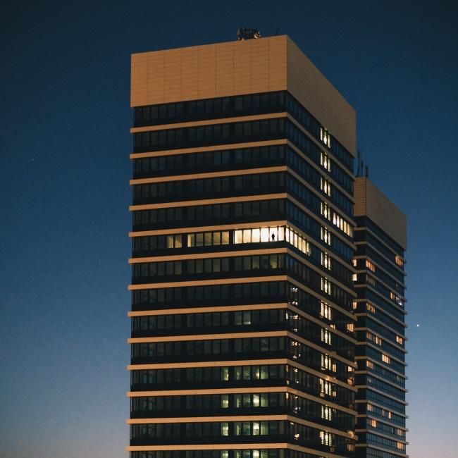夜晚办公大楼加班图片下载