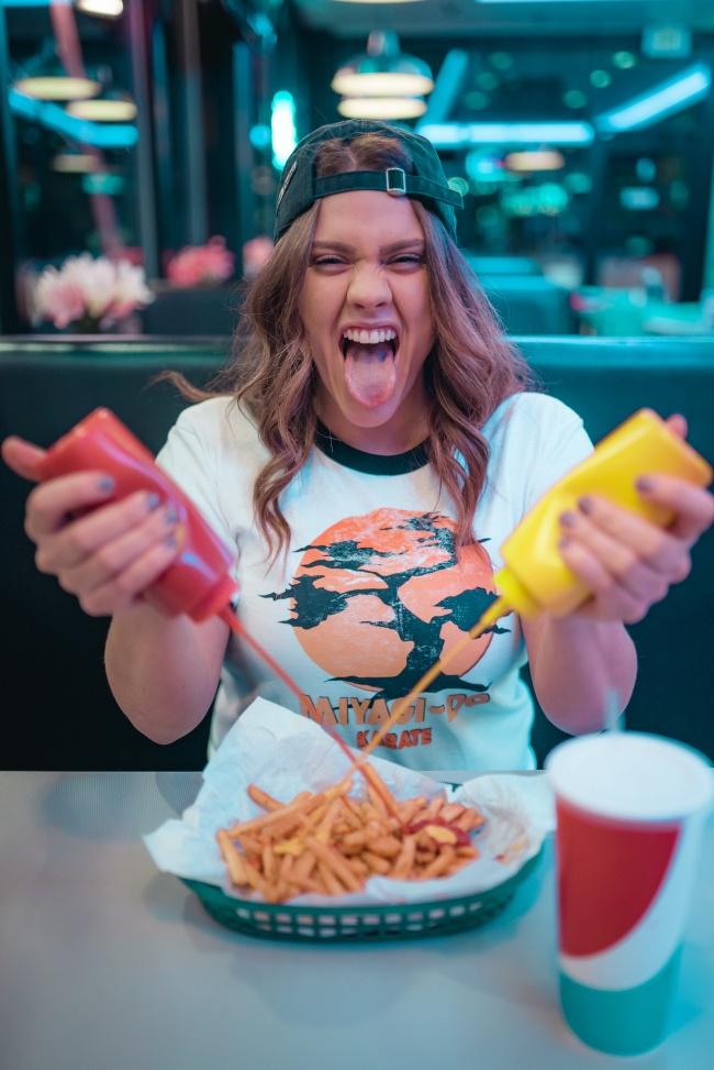 报复性饮食的美女图片