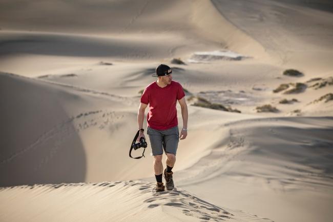 帅哥沙漠旅拍图片素材