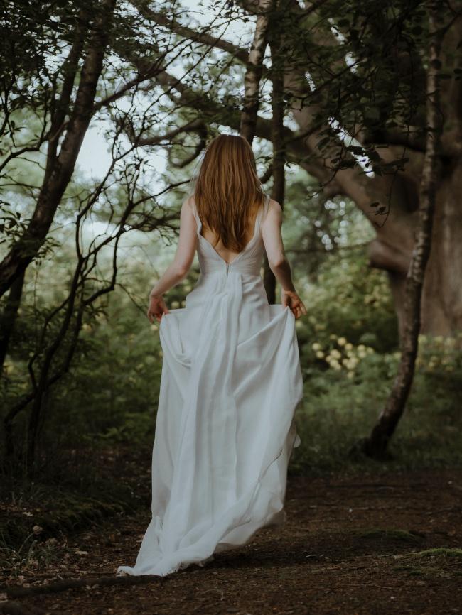 绿荫树下新娘背影婚纱摄影图片