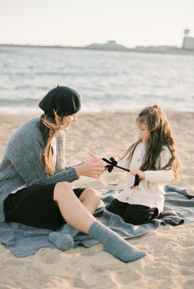 母女俩坐在沙滩上玩图片大全