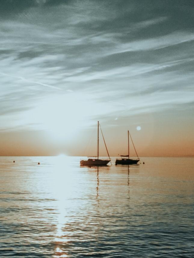 海面上两艘小船高清图片